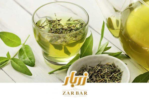 لیوان چای سبز به همراه برگ آن